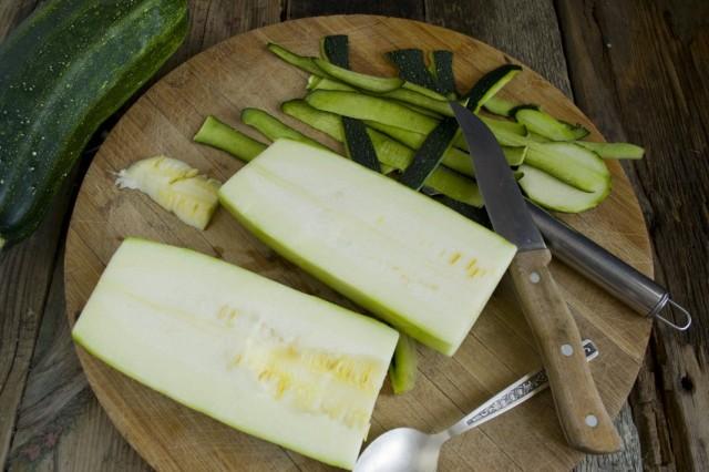 Очищаем кабачки от толстой кожуры и мякоти с семенами