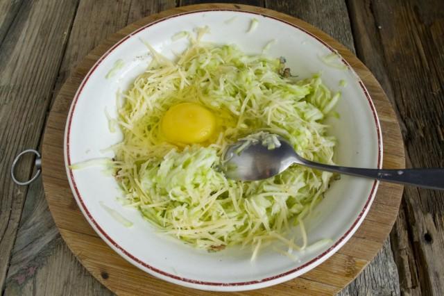 Добавляем куриное яйцо и перемешиваем ингредиенты