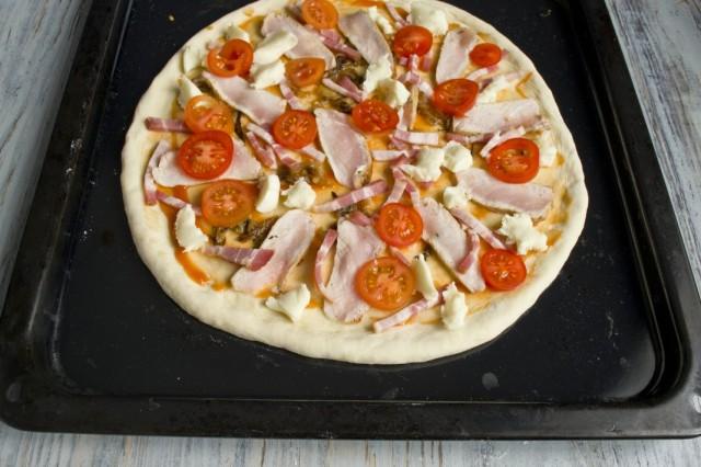 Равномерно раскладываем сыр и томаты черри
