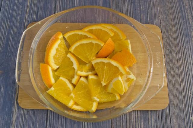 Нарезаем вымытый апельсин крупными дольками
