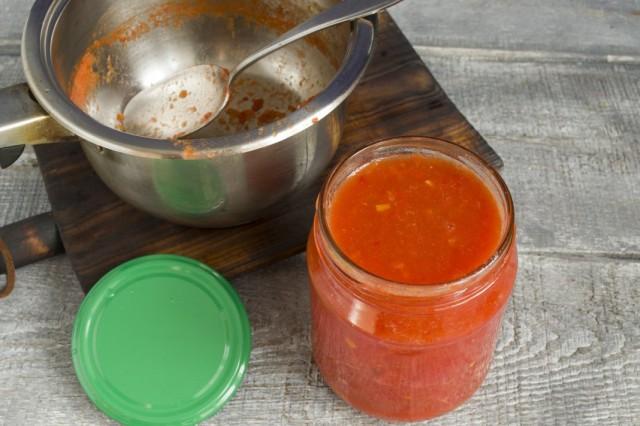 Заливаем кипящим пюре банки с помидорами