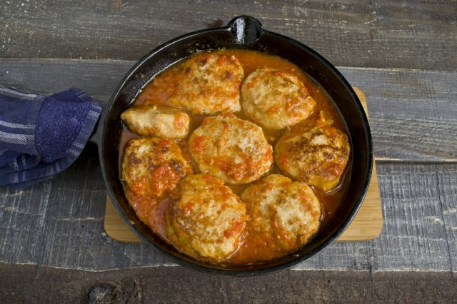 Выливаем в сковороду горячую томатную подливу, тушим на маленьком огне