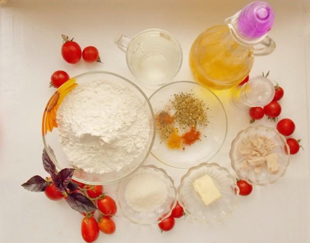 Ингредиенты для фокаччис помидорами черри и базиликом