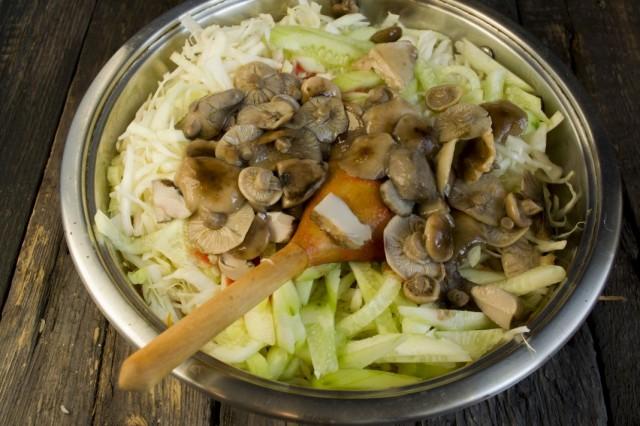 Добавляем отваренные и нарезанные грибы
