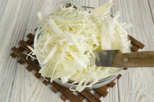 Пассеруем нашинкованную капусту