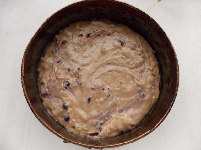 Замешенное тесто с ягодами и шоколадом перекладываем в форму для выпекания и ставим в духовку