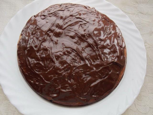 Обмазываем кекс шоколадной глазурью