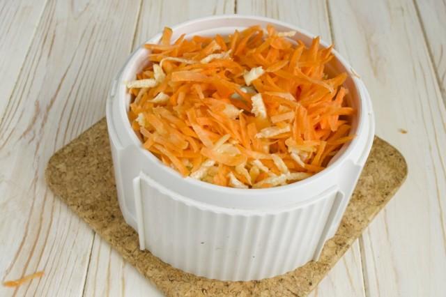 Выкладываем в блендер натёртую морковь