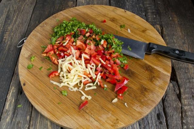 Нарезаем болгарский перец, зелень и натираем сыр