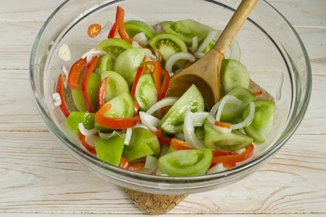 Заливаем овощи маринадом, тщательно перемешиваем и оставляем для маринования