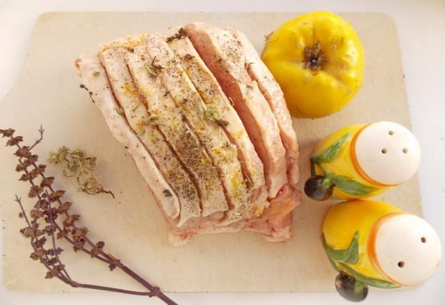 Надрезанное мясо свинины натираем специями
