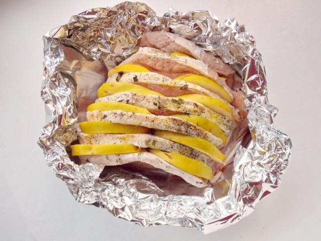 Форму с мясом в фольге, не закрывая, ставим в разогретую до 200 ºС духовку на 10 минут