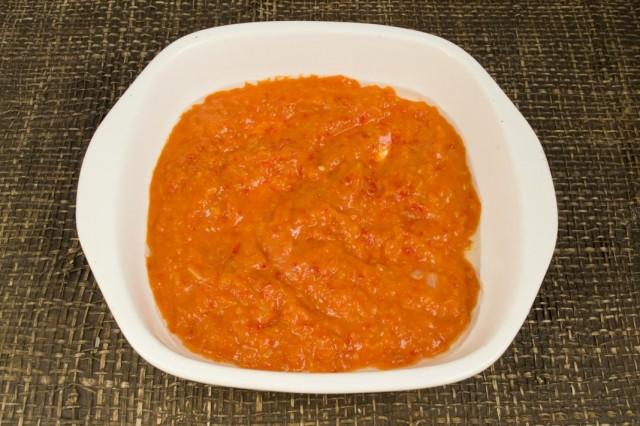 В форму для запекания наливаем томатный соус