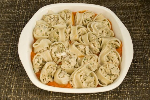 Заполняем форму фаршироваными макаронами, заливаем оставшимся соусом