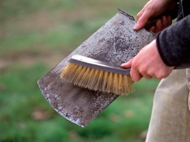 Очистка и подготовка к зимнему хранению лопаты