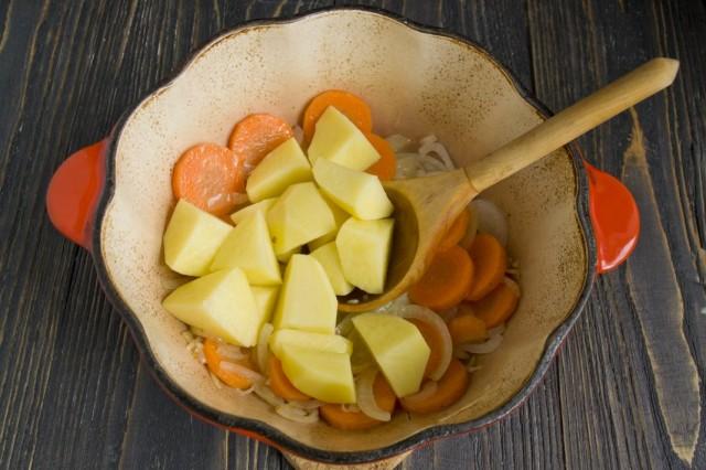 Нарезаем картофель и добавляем к овощам