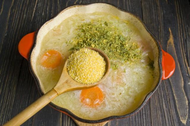 Добавляем кукурузную крупу и сушёную петрушку. Варим суп на маленьком огне