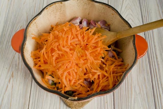 Добавляем нарезанный репчатый лук, натертую морковь и специи