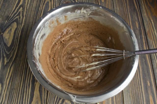 Разделяем тесто на две части, в одну добавляем какао