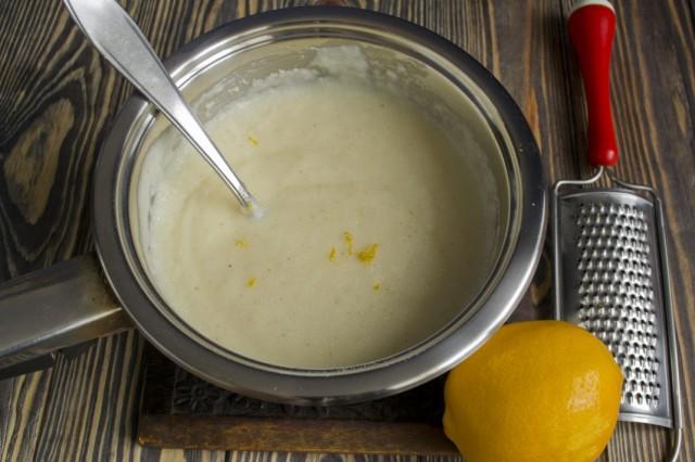 Манную кашу смешиваем с лимонным соком и цедрой
