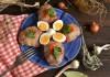 Котлеты, фаршированные сыром, запеченные в беконе