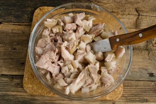 Снимаем мясо свинины с костей и нарезаем