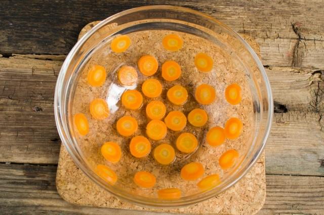 На дно миски выкладываем кружочки отваренной моркови