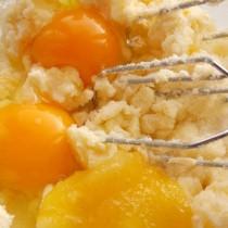 Добавляем яйца и мёд