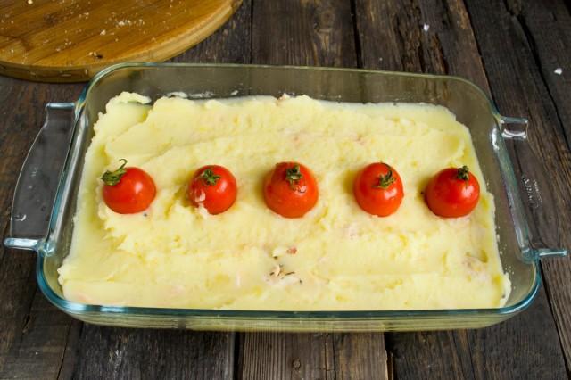 Выкладываем помидоры черри, смоченные в растительном масле
