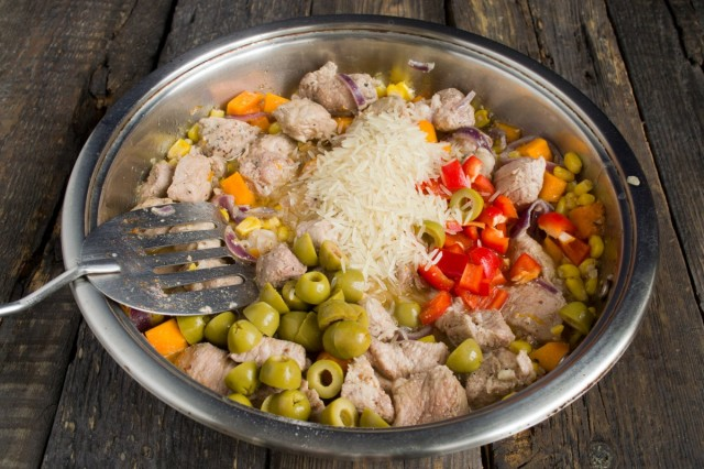 Добавляем острый перец, маслины и рис. Тушим до выпаривания жидкости