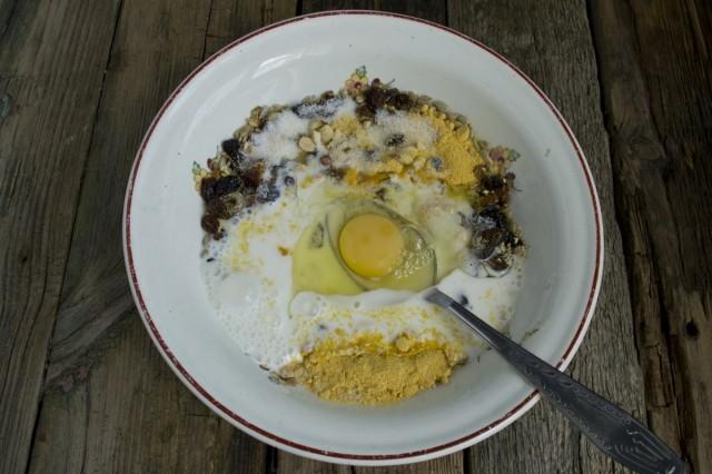 Добавляем несладкий йогурт и куриное яйцо