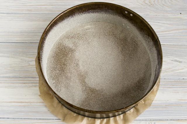 Смазываем пергамент маслом и посыпаем манкой
