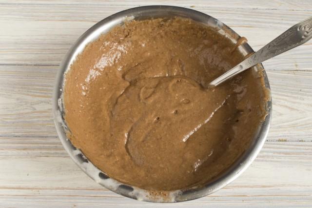 Отдельно смешиваем половину теста с порошком какао и молотой корицей