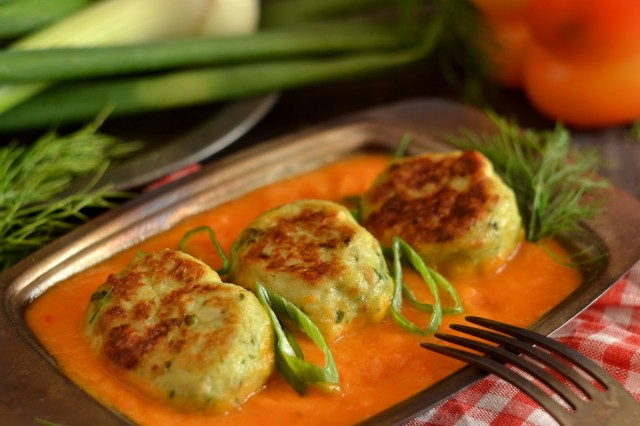 Фрикадельки в духовке с подливкой из овощей
