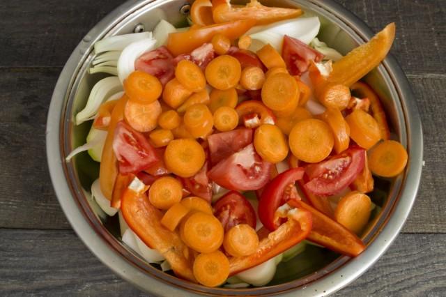 Нарезаем в сотейник кабачки, морковь, сладкий перец, помидоры и лук