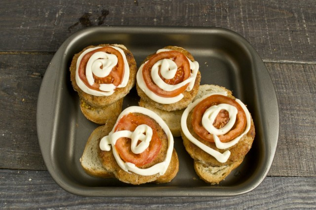 Запекаем бутерброды с котлетами в духовке при 170 градусах 7-8 минут