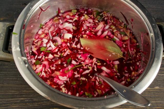 Заливаем овощи маринадом и кипятим 10 минут