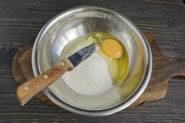 Смешиваем яйца и сахарный песок