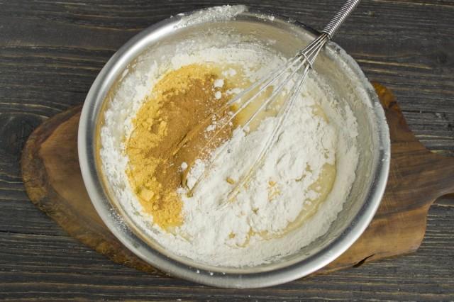 Просеиваем в миску муку, добавляем разрыхлитель, молотую корицу и апельсиновый порошок. Замешиваем тесто для маффинов