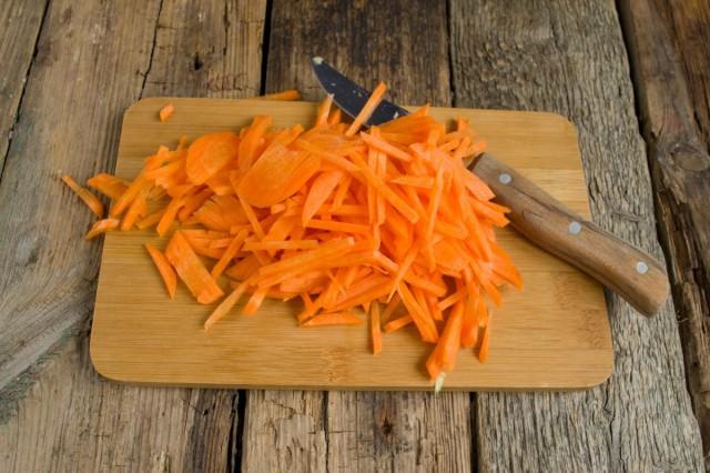 Нарезаем тонкой соломкой морковь