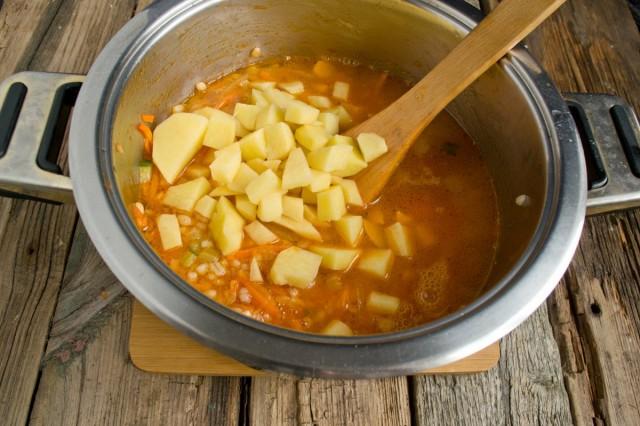За 10 минут до готовности бросаем нарезанный картофель