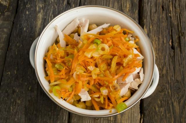 Добавляем пассерованные репчатый лук и морковь