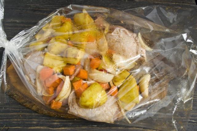 В рукав для запекания выкладываем овощи и курицу