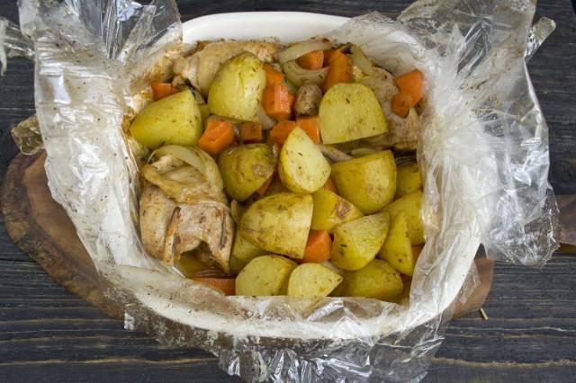 Запекаем в духовке курицу с картошкой в рукаве для запекания