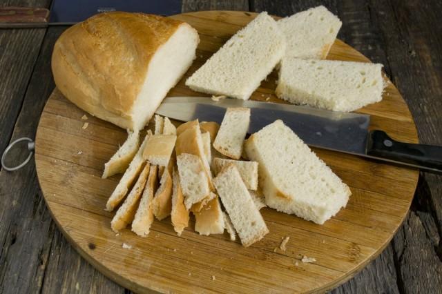 Замачиваем в молоке хлебный мякиш
