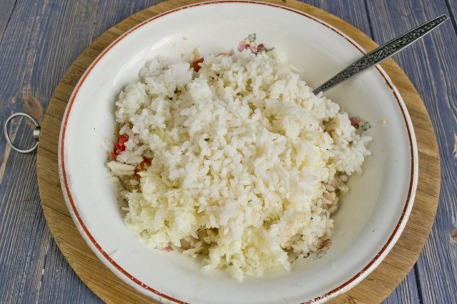 Добавляем охлаждённый отваренный рис и специи