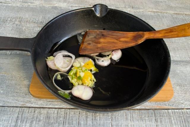 В растительном масле обжариваем лук-шалот и приготовленную пасту