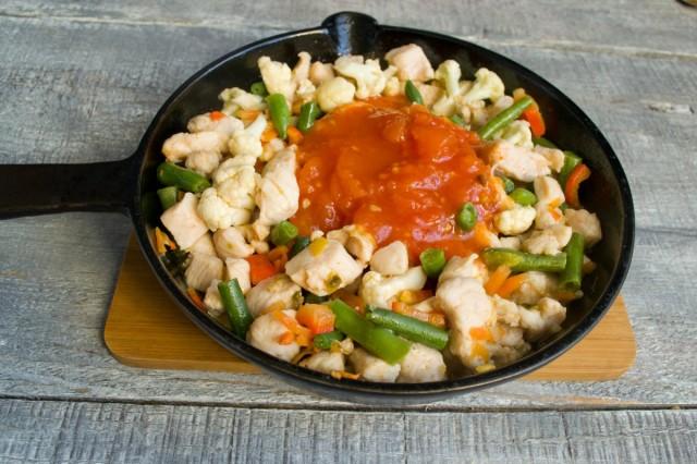 Добавляем томатное пюре или густой томатный соус