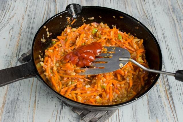 Добавляем томатную пасту и выпариваем лишнюю влагу
