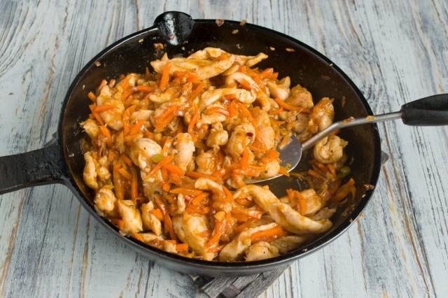 Кладём обжаренное филе к овощам, готовим всё вместе ещё 3-4 минуты